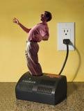 Homem no carregador elétrico imagem de stock
