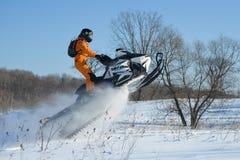 Homem no carro de neve na montanha do inverno Imagens de Stock Royalty Free