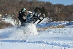 Homem no carro de neve na montanha do inverno Fotos de Stock Royalty Free