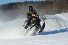 Homem no carro de neve na montanha do inverno Imagem de Stock Royalty Free