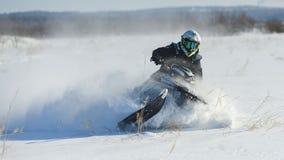 Homem no carro de neve na montanha do inverno Fotografia de Stock