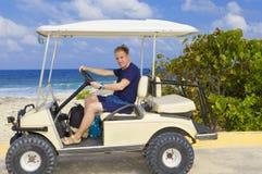 Homem no carro para o golfe no seeshore. foto de stock royalty free
