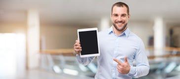 Homem no centro de negócios com tabuleta imagem de stock