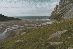 Homem no chapéu apenas que olha a praia em Lofoten fotos de stock royalty free