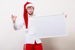 Homem no chapéu de Santa com bandeira vazia Copie o espaço Imagem de Stock