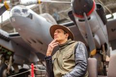 Homem no chapéu no exhebition dos aviões Imagens de Stock