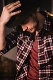 Homem no chapéu negro Retrato do menino de sorriso Tiro do estúdio Foto rústica do estilo de vida da cor fotografia de stock royalty free