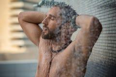 Homem no chuveiro fotografia de stock
