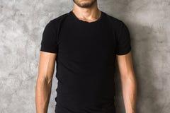 Homem no close up preto da camisa imagens de stock royalty free