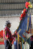 Homem no clouth do tradicional na reunião das bandeiras Imagem de Stock