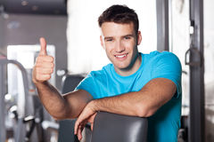 Homem no clube de saúde que mostra os polegares acima Fotos de Stock Royalty Free