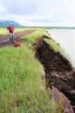 Homem no colapso do muskeg na borda do lago fotos de stock