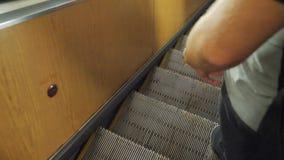 Homem no conceito subterrâneo do metro do metro Os povos estão na escada rolante no metro ou no metro, o conceito do público vídeos de arquivo