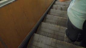Homem no conceito subterrâneo do metro do metro Os povos estão na escada rolante no metro ou no metro, o conceito do público filme
