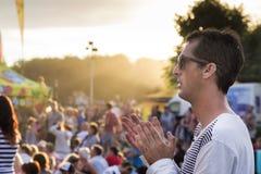 Homem no concerto ou no festival do verão