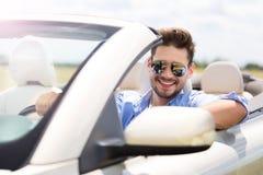Homem no convertible imagens de stock