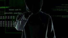 Homem no dedo apontando escuro na câmera, aviso pessoal da ameaça da segurança de dados video estoque