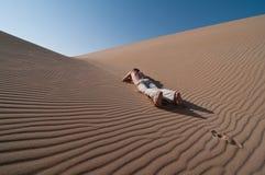 Homem no deserto Imagens de Stock