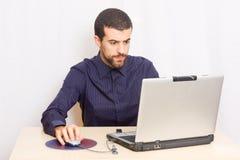 Homem no escritório Fotos de Stock Royalty Free