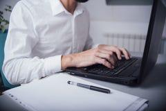 Homem no escritório com mãos no teclado Fotos de Stock Royalty Free