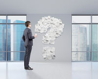 Homem no escritório e no ponto de interrogação Imagem de Stock Royalty Free