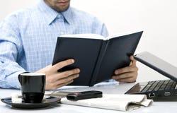 Homem no escritório, estudando fotografia de stock royalty free