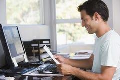 Homem no escritório home usando o computador Fotos de Stock Royalty Free