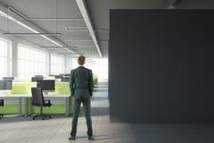 Homem no escritório moderno com copyspace Imagem de Stock Royalty Free