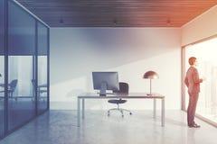 Homem no escritório panorâmico do gerente s, arquitetura da cidade Imagem de Stock Royalty Free