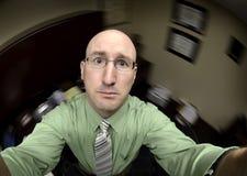 Homem no escritório que procura a ajuda fotografia de stock royalty free