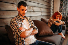 Homem no esforço e mulher infeliz, discussão da família imagem de stock