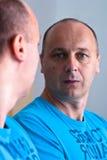 Homem no espelho Imagens de Stock