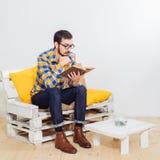 Homem no estúdio Fotos de Stock Royalty Free