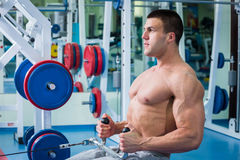 Homem no gym fotos de stock
