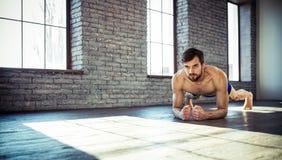 Homem no gym que faz o esticão imagens de stock royalty free