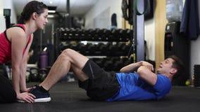 Homem no Gym que faz Sit Ups vídeos de arquivo