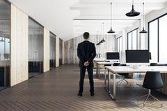 Homem no interior coworking moderno do escritório Imagens de Stock