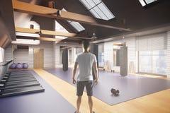 Homem no interior do gym Imagens de Stock Royalty Free