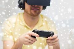 Homem no jogo dos auriculares da realidade virtual Foto de Stock Royalty Free