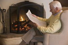 Homem no jornal da leitura da sala de visitas Foto de Stock