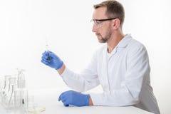 Homem no laboratório, opinião um homem no laboratório quando executar experimentar fotos de stock royalty free