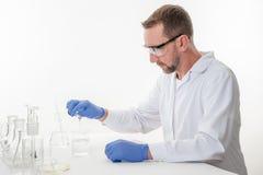 Homem no laboratório, opinião um homem no laboratório quando executar experimentar imagens de stock royalty free