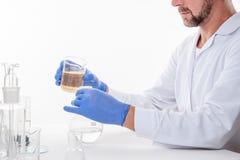 Homem no laboratório, opinião um homem no laboratório quando executar experimentar fotografia de stock