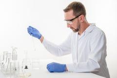 Homem no laboratório, opinião um homem no laboratório quando executar experimentar fotos de stock