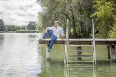 Homem no lago Fotografia de Stock