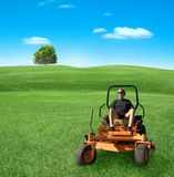 Homem no lawnmower zero da volta Foto de Stock Royalty Free