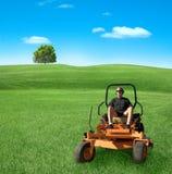 Homem no lawnmower zero da volta foto de stock royalty free