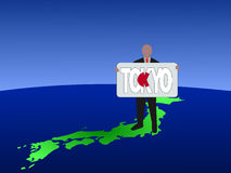 Homem no mapa de Japão Fotos de Stock
