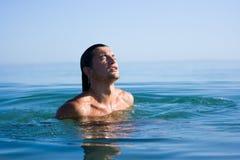 Homem no mar Fotografia de Stock