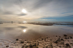 Homem no mar e no nascer do sol Imagem de Stock Royalty Free